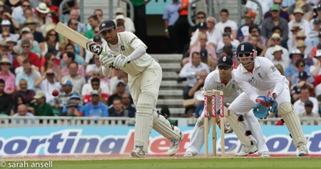 Rahul Dravid doing some proper cap batting